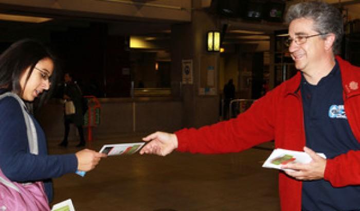 Un représentant du SCFP distribuant un dépliant dans le métro de Montréal