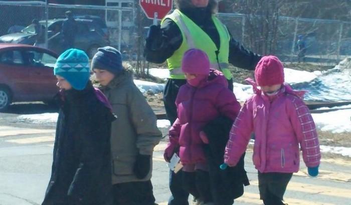brigadière avec enfants