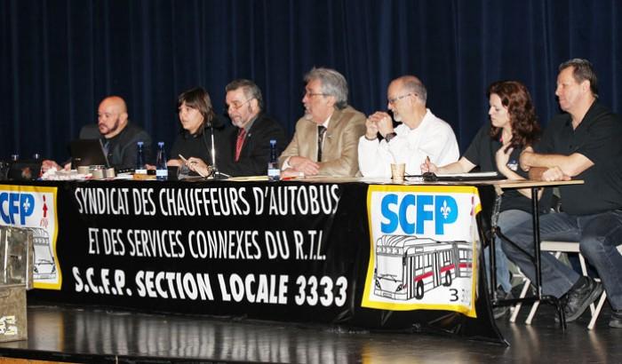 Les dirigeants du SCFP 3333 (Syndicat des chauffeurs d'autobus du RTL) en assemblée générale