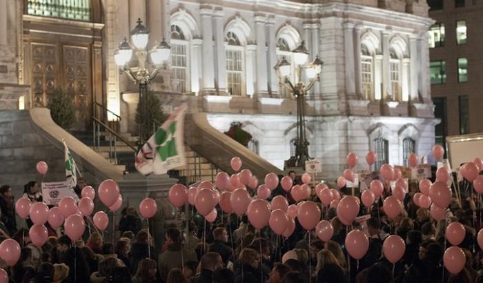 Manifestation des cols blancs pour l'équité salariale devant l'hôtel de ville de Montréal en novembre 2012