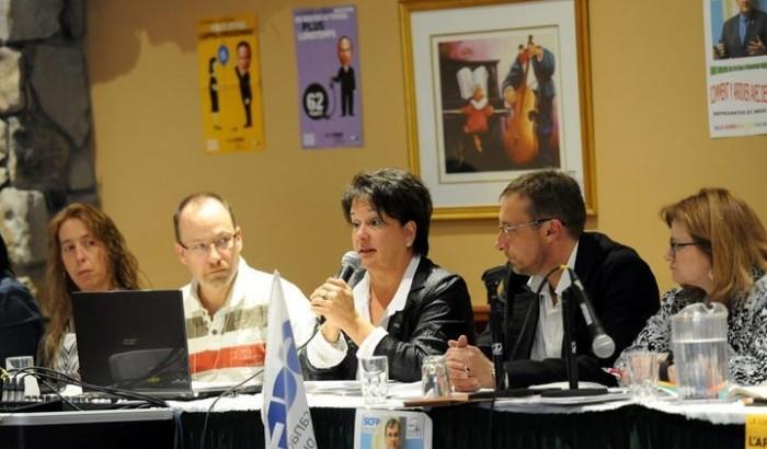 Lucie Levasseur s'adressant aux délégués du CPSS à Sainte-Adèle le 22 avril 2015