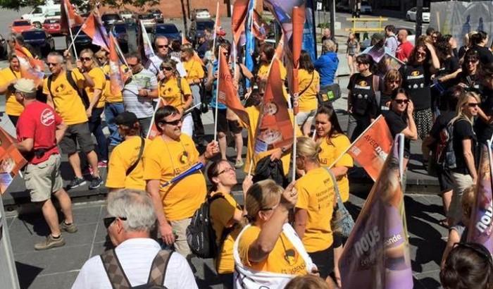 La manifestation du Front commun du 14 juin 2015 à l'extérieur du congrès du PLQ