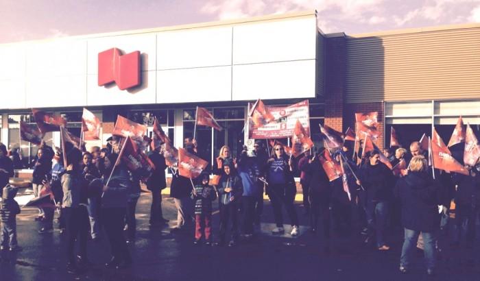 Manifestation devant des banques de la région de la Montérégie