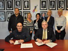 Signature d'une nouvelle convention collective entre la Ville de Val-d'Or et ses cols bleus et blancs