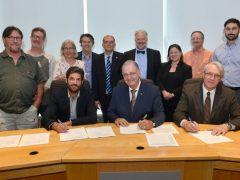 <span class=&#039;surtitre&#039;>Signature d'un nouveau contrat de travail pour les cols bleus de Pointe-Claire</span><br/>