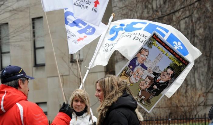 Des centaines d'employés municipaux ont manifesté devant les bureaux de l'Union des municipalités du Québec (UMQ)
