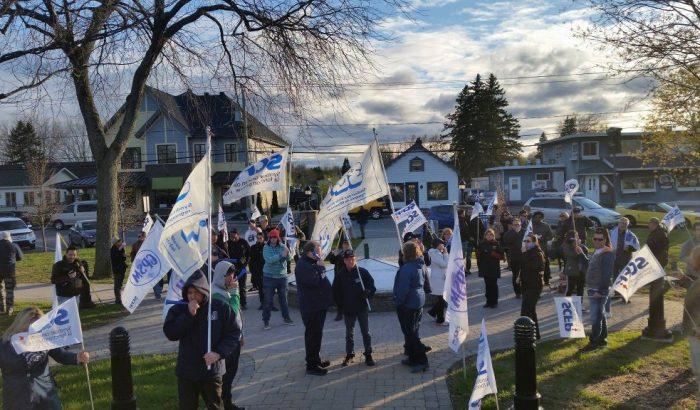 Manifestation au conseil municipal de Coteau-du-Lac contre un possible congédiement illégal